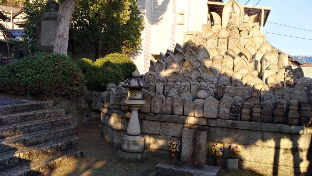 尾道・坂の途中のお寺を通り抜ける