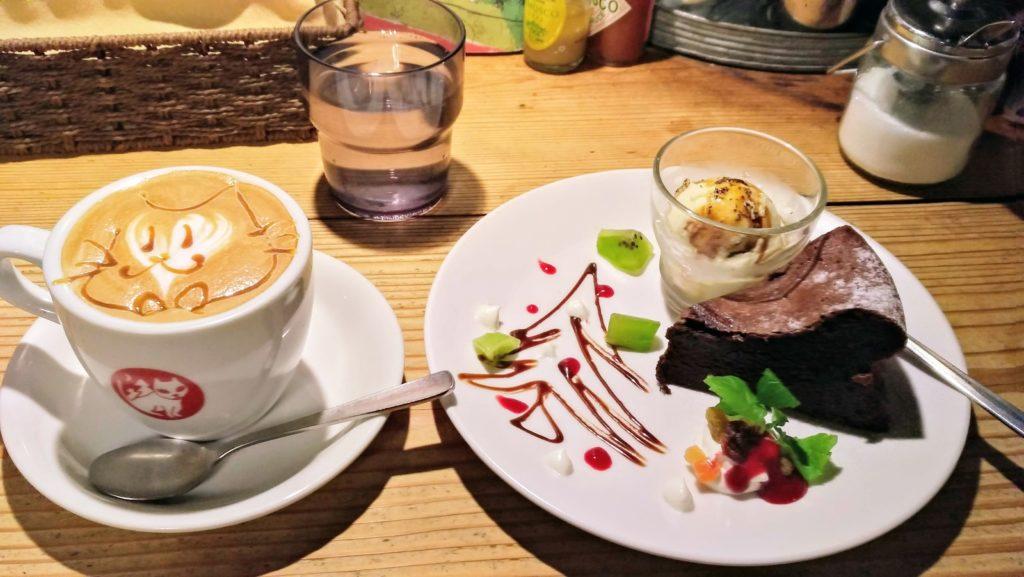 やまねこカフェのカフェラテとガトーショコラ